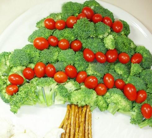 Cây thông Noel bằng bông cải và cà chua bi