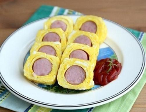 Trứng cuộn xúc xích bé nào cũng thích